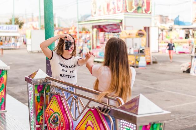 Gelukkige vrienden in de amusementspar