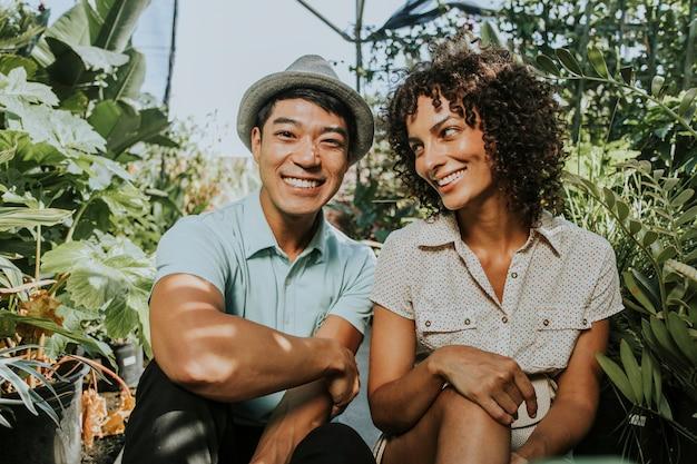 Gelukkige vrienden in een botanische tuin