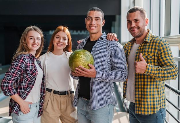 Gelukkige vrienden in een bowlingclub