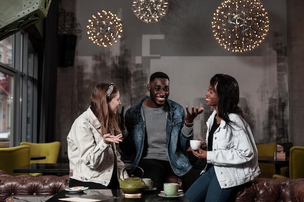 Gelukkige vrienden lachen in café