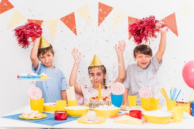 Gelukkige vrienden met feestvarken die verjaardagsviering genieten van