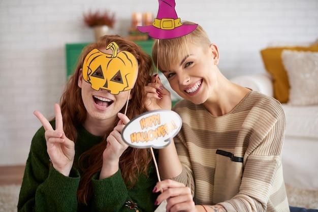 Gelukkige vrienden met halloween-maskers