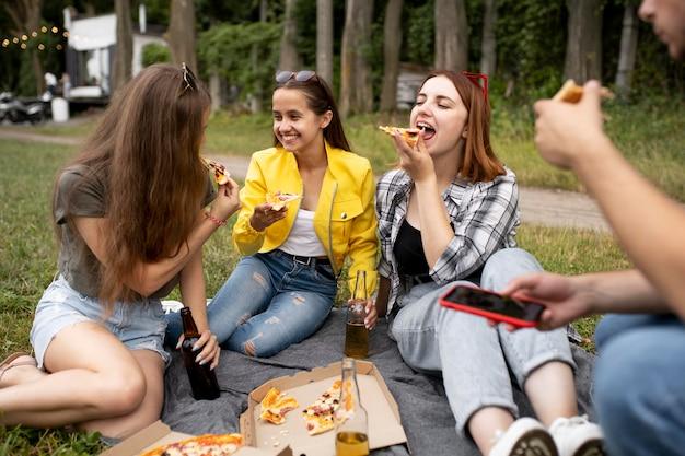 Gelukkige vrienden met pizza close-up