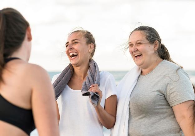 Gelukkige vrienden op het strand