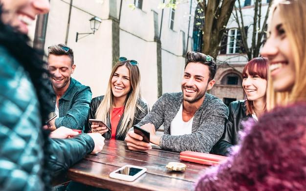 Gelukkige vrienden plezier samen op outdoor locatie