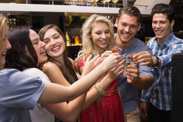 Gelukkige vrienden samen een drankje