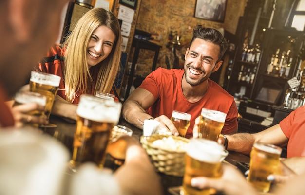 Gelukkige vriendengroep die bier drinkt in het restaurant van de brouwerijbar