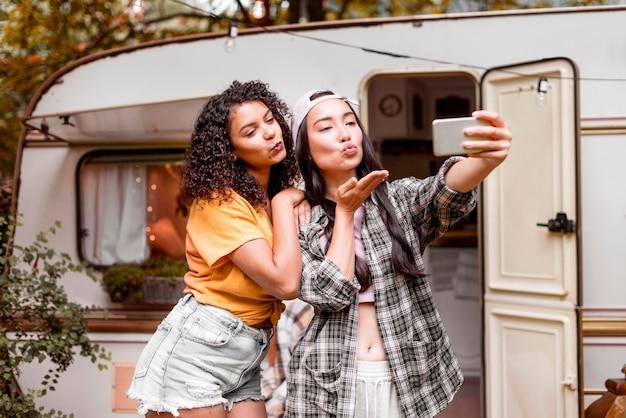 Gelukkige vriendinnen die een zelffoto nemen