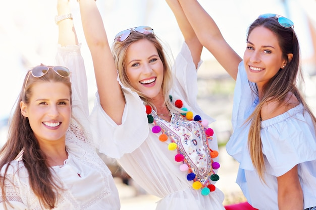 Gelukkige vriendinnen die in de zomer in de stad rondhangen