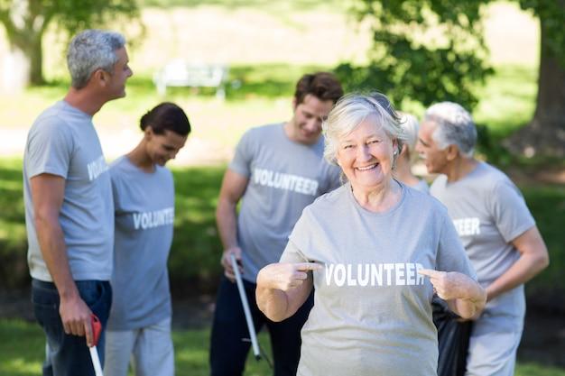 Gelukkige vrijwillige grootmoeder met omhoog duimen