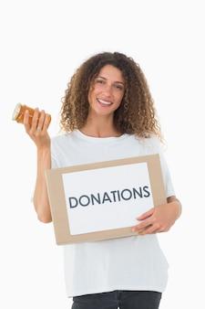 Gelukkige vrijwilliger die een doos van schenkingen en jampot houdt