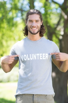 Gelukkige vrijwilliger in het park