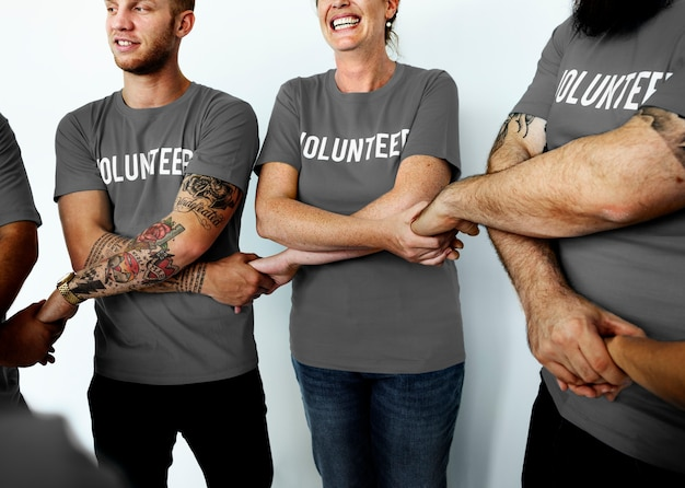 Gelukkige vrijwilligers verenigd samen