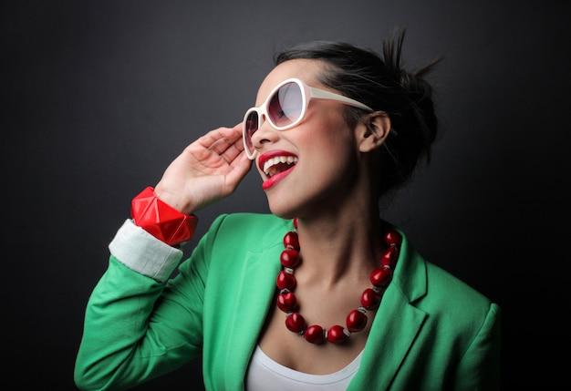Gelukkige vrolijke afro-vrouw