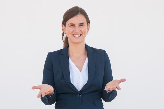 Gelukkige vrolijke bedrijfsleider het uitspreiden handen
