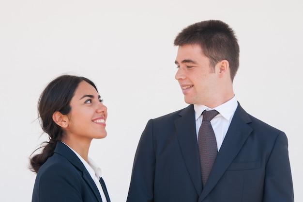 Gelukkige vrolijke collega's die van aardige bespreking genieten