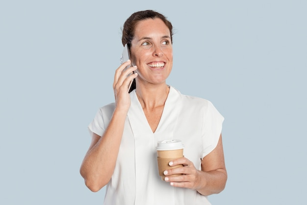 Gelukkige vrouw aan het bellen