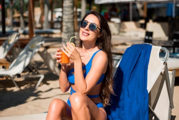 Gelukkige vrouw bij strand