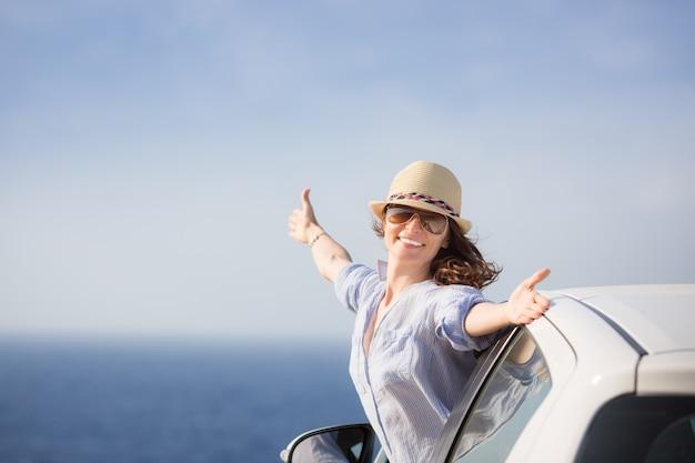 Gelukkige vrouw chauffeur op het strand zomervakanties concept