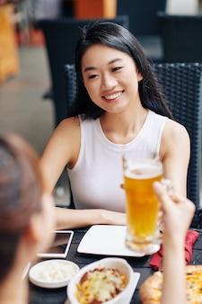 Gelukkige vrouw die bij het restaurant rust