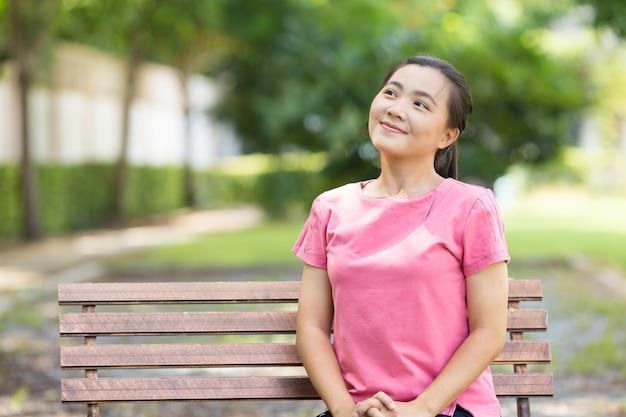 Gelukkige vrouw die bij park ademt