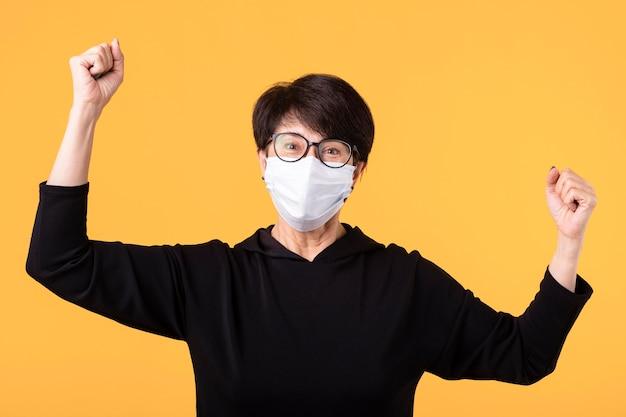 Gelukkige vrouw die de strijd tegen het coronavirus wint