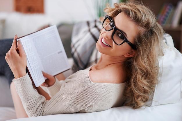 Gelukkige vrouw die een boek leest