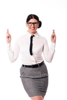 Gelukkige vrouw die een bril met gekruiste vingers draagt