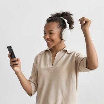 Gelukkige vrouw die een koptelefoon draagt