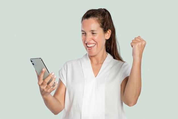 Gelukkige vrouw die een smartphone gebruikt
