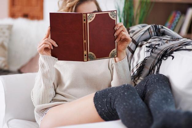 Gelukkige vrouw die een uitstekend boek leest