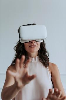 Gelukkige vrouw die geniet van een vr-headset