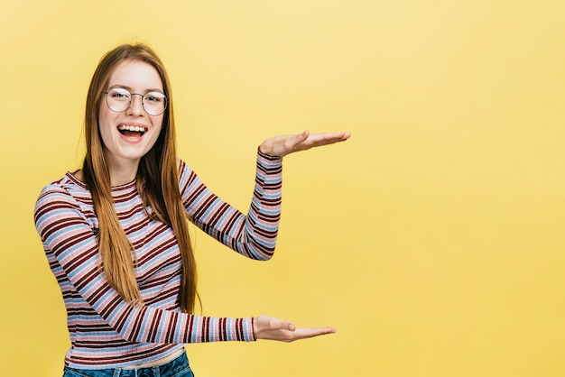 Gelukkige vrouw die glazen met exemplaarruimte draagt