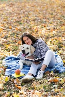 Gelukkige vrouw die haar hond koestert