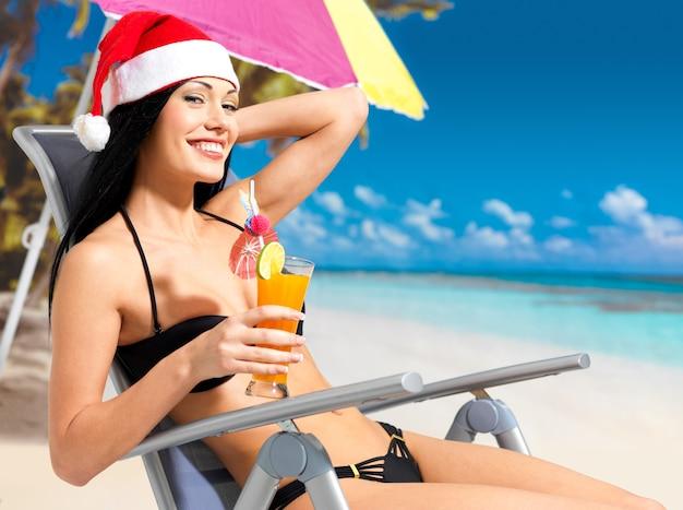 Gelukkige vrouw die het nieuwe jaar viert op het strand.