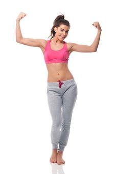 Gelukkige vrouw die het streefgewicht bereikt