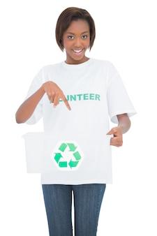 Gelukkige vrouw die in het recycling van krat richten