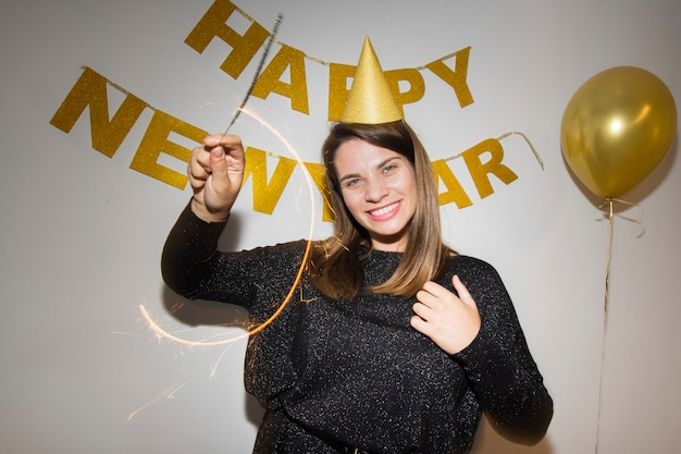 Gelukkige vrouw die nieuw jaar viert