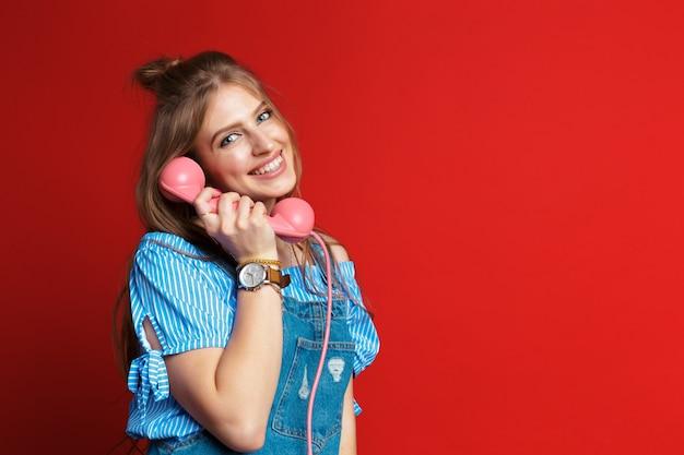 Gelukkige vrouw die op de telefoon spreekt