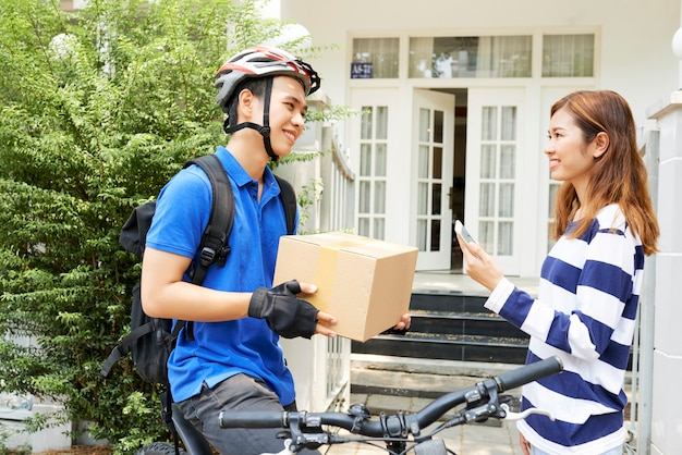 Gelukkige vrouw die pakket ontvangt