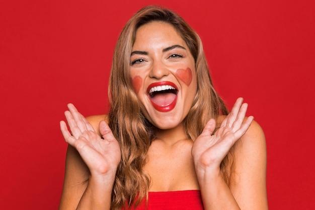 Gelukkige vrouw die rode lippenstift draagt