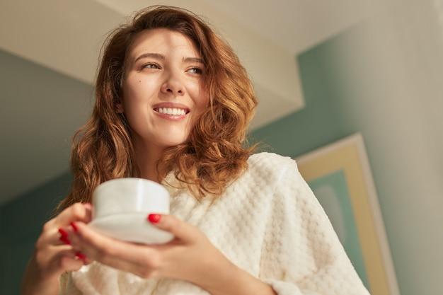Gelukkige vrouw die 's ochtends van koffie geniet