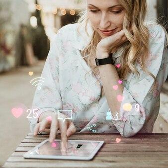 Gelukkige vrouw die sociale media op een tablet gebruikt