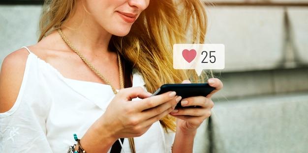 Gelukkige vrouw die sociale media op haar smartphone gebruikt