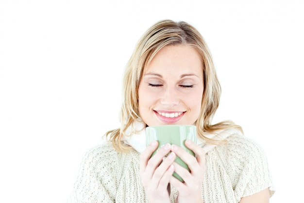 Gelukkige vrouw die van een hete koffie geniet