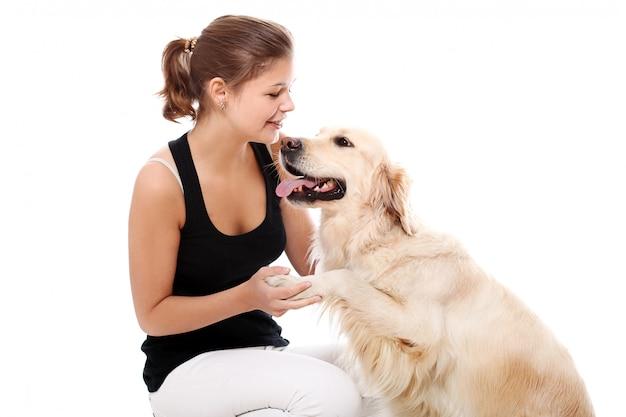 Gelukkige vrouw en haar mooie hond