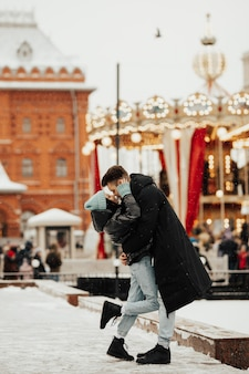 Gelukkige vrouw en man in de kerstmarkt Premium Foto