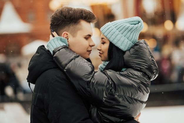 Gelukkige vrouw en man in de kerstmarkt