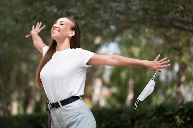 Gelukkige vrouw geniet van een wandeling buiten na het coronavirus