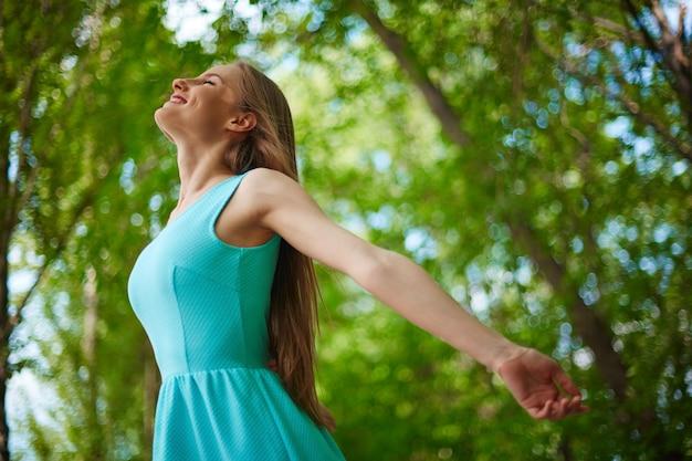 Gelukkige vrouw genieten van de natuur